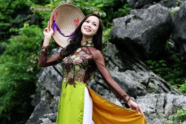 Top 5 Hoa hậu Vũ Ngọc Anh mặc áo dài ngồi thuyền tạo dáng ảnh 2