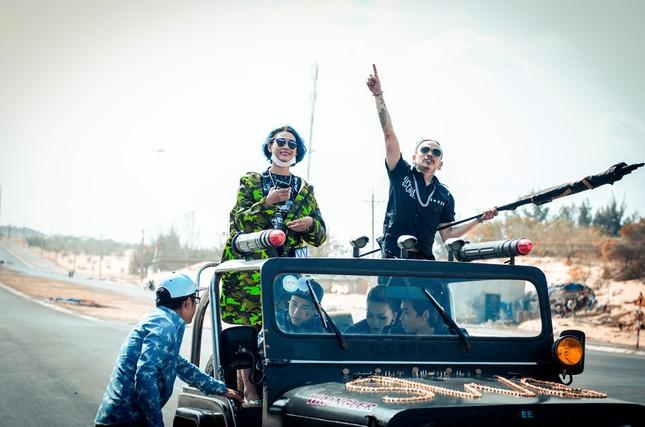 Hương Tràm lái siêu xe, hôn trai đẹp trong MV mới ảnh 4