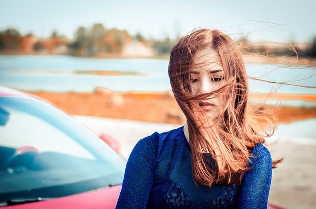 Hương Tràm lái siêu xe, hôn trai đẹp trong MV mới ảnh 1