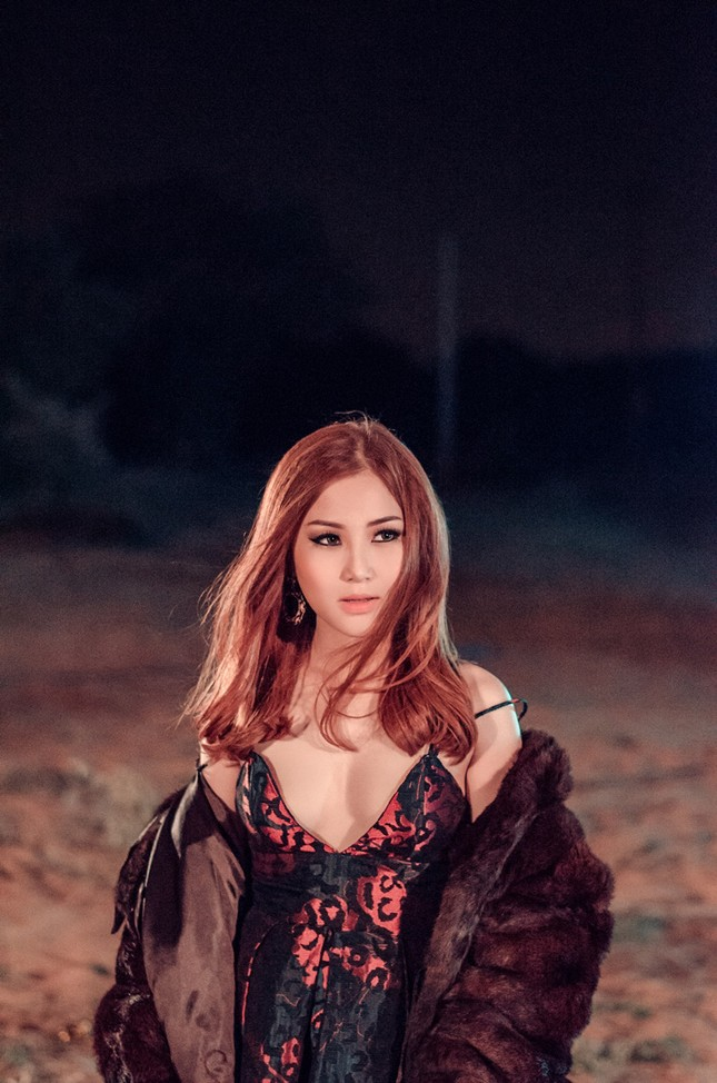 Hương Tràm lái siêu xe, hôn trai đẹp trong MV mới ảnh 6