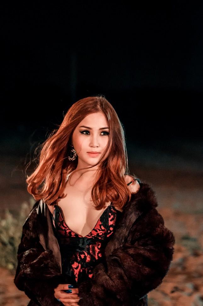 Hương Tràm lái siêu xe, hôn trai đẹp trong MV mới ảnh 7