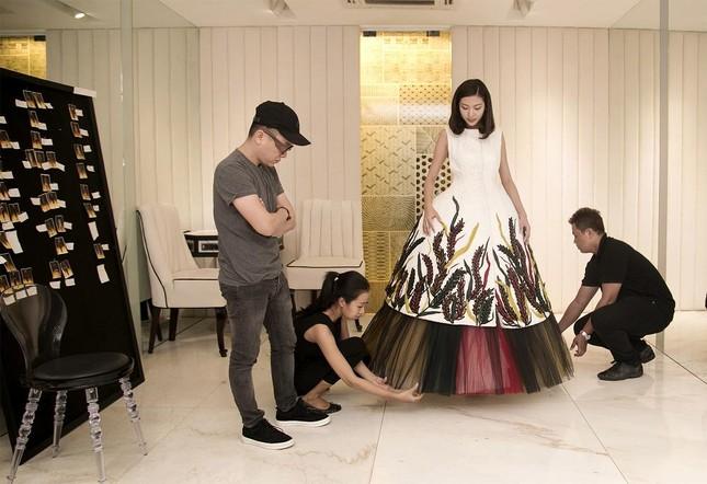Á hậu Thúy Vân làm vedette của nhà thiết kế Công Trí ảnh 5