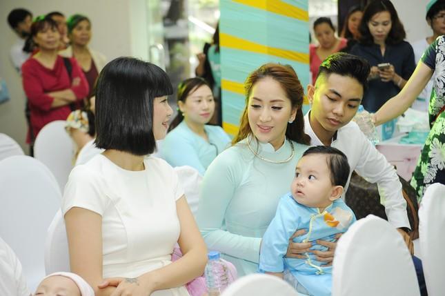 Khánh Thi đưa con trai 9 tháng tuổi đi dự sự kiện ảnh 6
