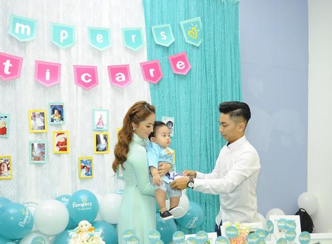 Khánh Thi đưa con trai 9 tháng tuổi đi dự sự kiện ảnh 1