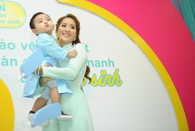 Khánh Thi đưa con trai 9 tháng tuổi đi dự sự kiện ảnh 2
