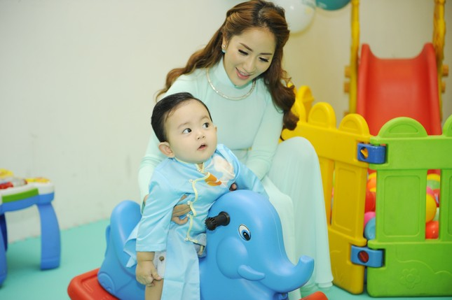 Khánh Thi đưa con trai 9 tháng tuổi đi dự sự kiện ảnh 3