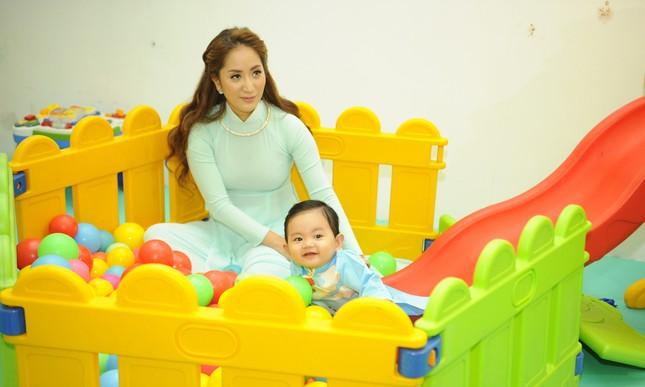 Khánh Thi đưa con trai 9 tháng tuổi đi dự sự kiện ảnh 4