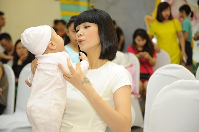 Khánh Thi đưa con trai 9 tháng tuổi đi dự sự kiện ảnh 9