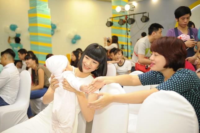 Khánh Thi đưa con trai 9 tháng tuổi đi dự sự kiện ảnh 7