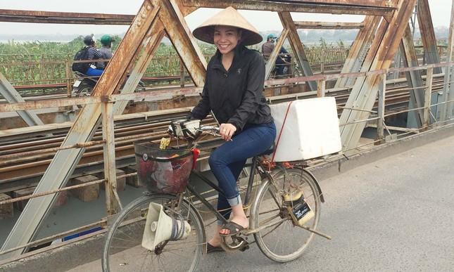 Tận thấy Trà Ngọc Hằng đạp xe đi xin nước gạo nuôi lợn ảnh 3