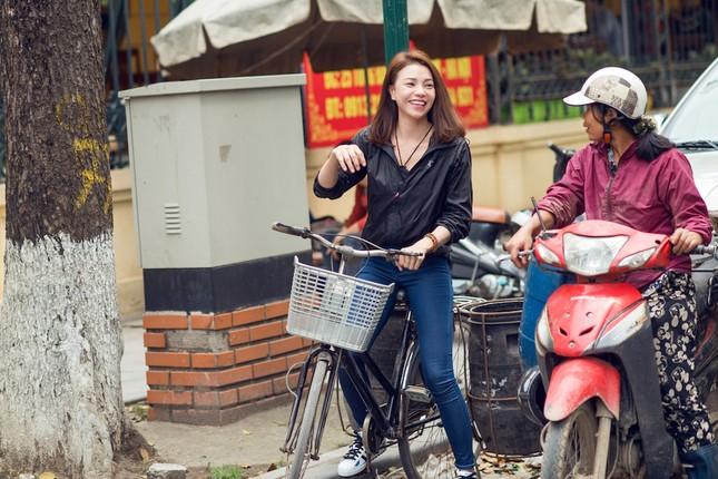 Tận thấy Trà Ngọc Hằng đạp xe đi xin nước gạo nuôi lợn ảnh 2