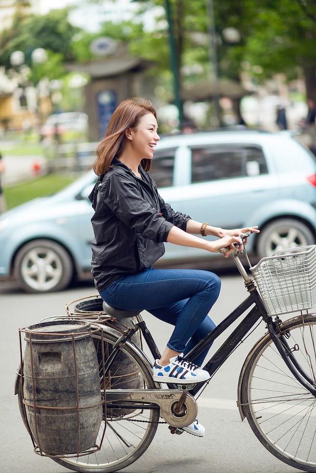 Tận thấy Trà Ngọc Hằng đạp xe đi xin nước gạo nuôi lợn ảnh 1
