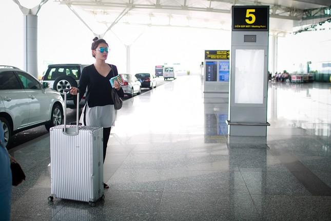 Fan ra sân bay tiễn Á hậu Huyền My đi du học ảnh 2