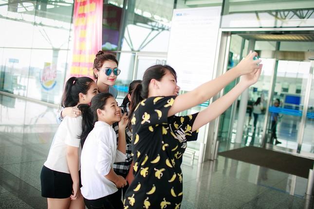Fan ra sân bay tiễn Á hậu Huyền My đi du học ảnh 7