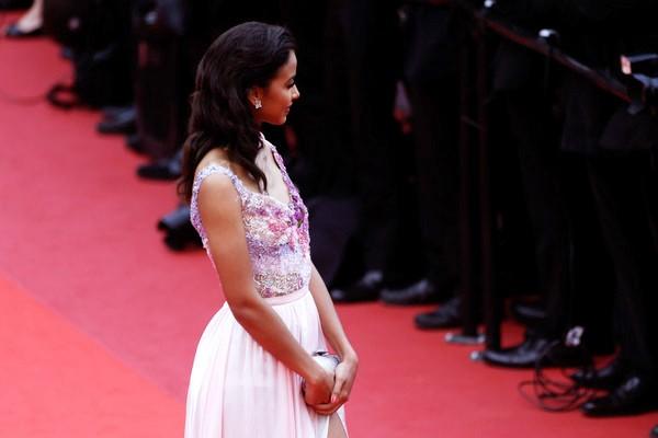 Hoa hậu Pháp khoe sắc trên thảm đỏ Cannes trước khi sang Việt Nam ảnh 5