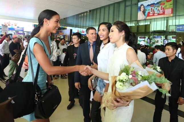 Kỳ Duyên ra sân bay đón Hoa hậu Pháp ảnh 4