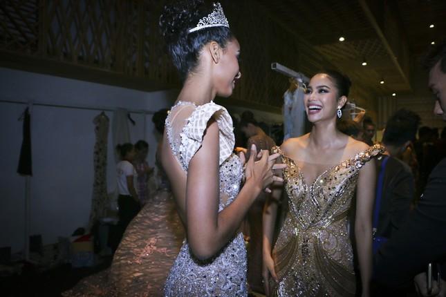 Hoa hậu Pháp duyên dáng trên sàn catwalk Việt ảnh 1