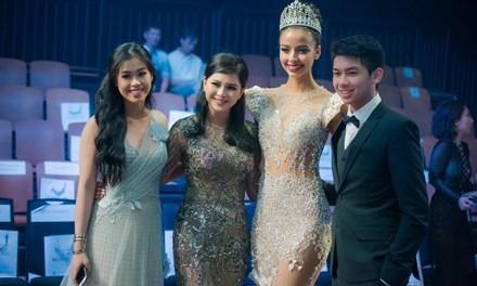 Hoa hậu Pháp duyên dáng trên sàn catwalk Việt ảnh 4