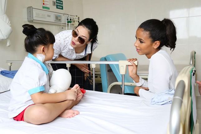 Hoa hậu Pháp cùng ca sĩ Thu Phương đến thăm bệnh nhi mổ tim ảnh 4