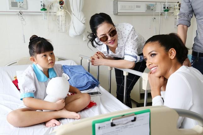 Hoa hậu Pháp cùng ca sĩ Thu Phương đến thăm bệnh nhi mổ tim ảnh 3