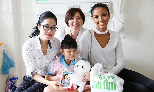 Hoa hậu Pháp cùng ca sĩ Thu Phương đến thăm bệnh nhi mổ tim ảnh 2