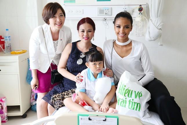 Hoa hậu Pháp cùng ca sĩ Thu Phương đến thăm bệnh nhi mổ tim ảnh 5