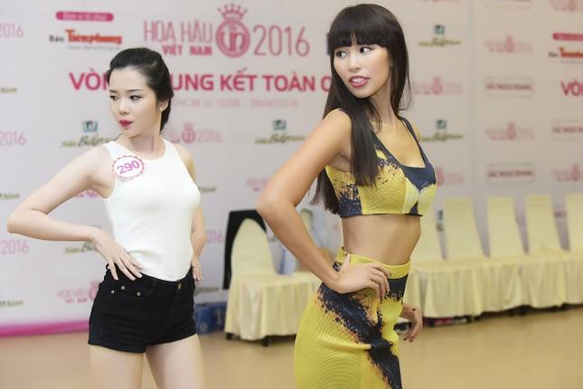 Hà Anh khoe eo thon quyến rũ bên dàn thí sinh Hoa hậu Việt Nam ảnh 1