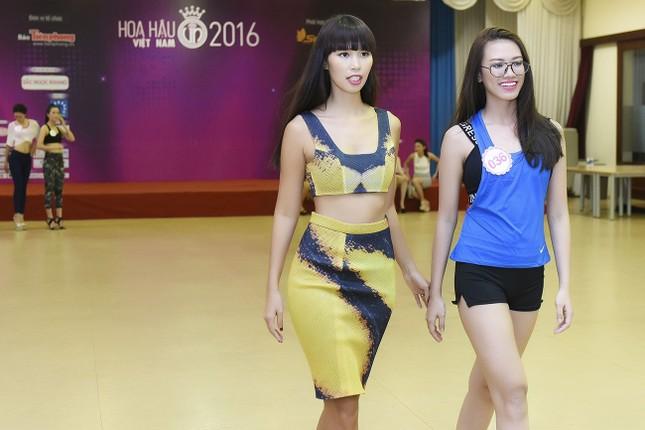 Hà Anh khoe eo thon quyến rũ bên dàn thí sinh Hoa hậu Việt Nam ảnh 6