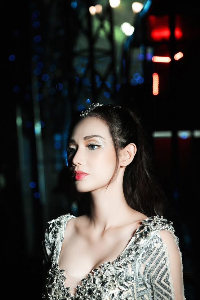 'Gái một con' Quỳnh Chi ấn tượng với váy cắt xẻ táo bạo ảnh 6