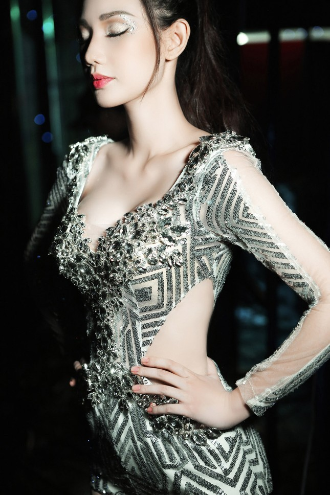 'Gái một con' Quỳnh Chi ấn tượng với váy cắt xẻ táo bạo ảnh 7