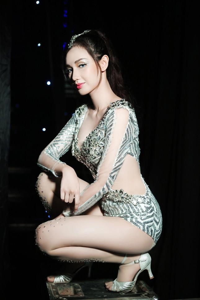 'Gái một con' Quỳnh Chi ấn tượng với váy cắt xẻ táo bạo ảnh 8