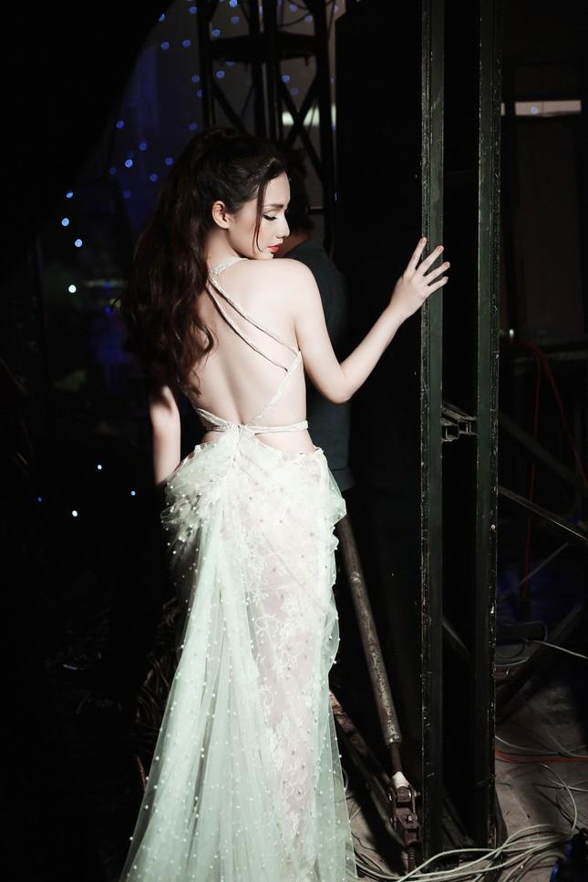'Gái một con' Quỳnh Chi ấn tượng với váy cắt xẻ táo bạo ảnh 3