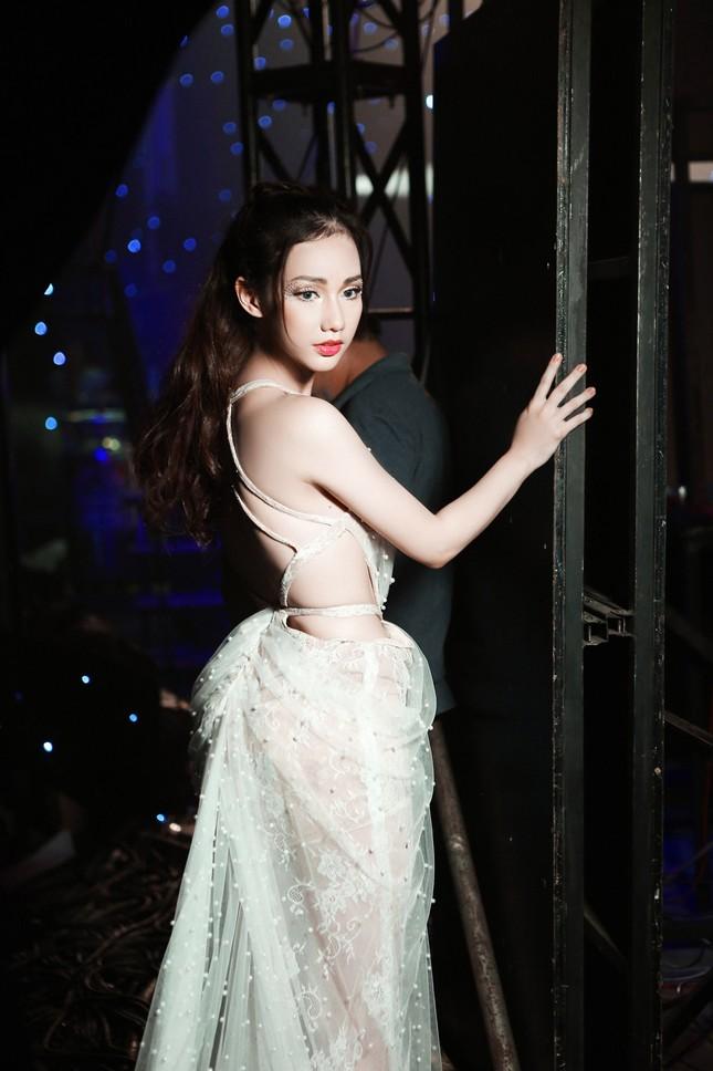 'Gái một con' Quỳnh Chi ấn tượng với váy cắt xẻ táo bạo ảnh 4