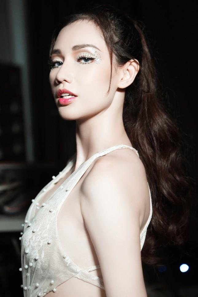'Gái một con' Quỳnh Chi ấn tượng với váy cắt xẻ táo bạo ảnh 2