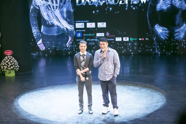Mr. Đàm dựng tượng sáp chính mình trong 'siêu show' 12 tỷ ảnh 5