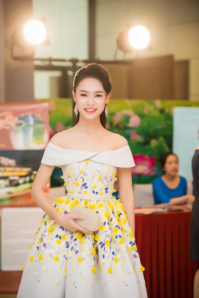 Hoa hậu Mỹ Linh rạng rỡ hội ngộ Ngọc Vân, Thủy Tiên ảnh 4