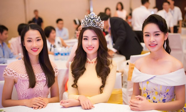 Hoa hậu Mỹ Linh rạng rỡ hội ngộ Ngọc Vân, Thủy Tiên ảnh 9