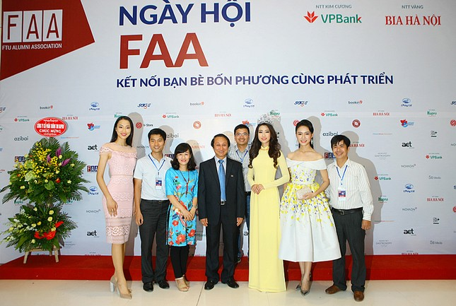 Hoa hậu Mỹ Linh rạng rỡ hội ngộ Ngọc Vân, Thủy Tiên ảnh 1