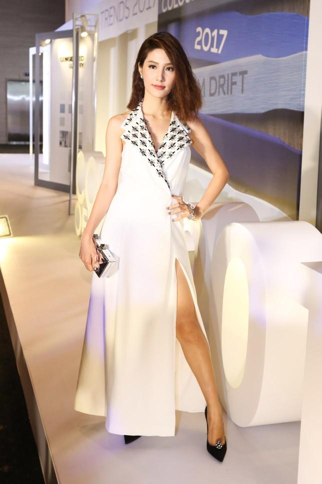 Angela Phương Trinh 'kín bưng' trên thảm đỏ Elle Fashion Journey ảnh 7