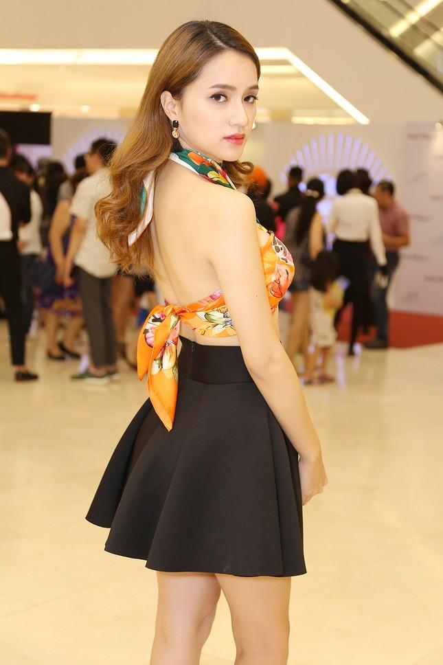 Hương Giang Idol táo bạo quấn khăn làm áo đi dự sự kiện ảnh 3