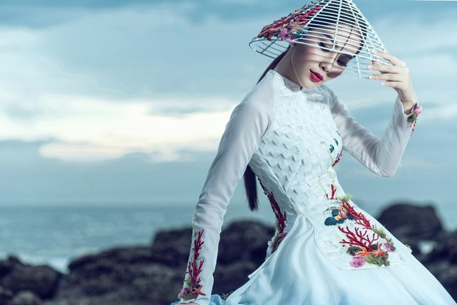 Nam Em mang áo bà ba cách điệu lạ mắt tới Hoa hậu Trái đất ảnh 4