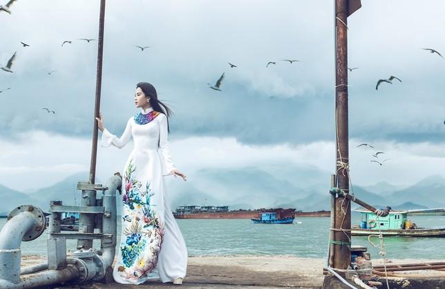 Nam Em mang áo bà ba cách điệu lạ mắt tới Hoa hậu Trái đất ảnh 8