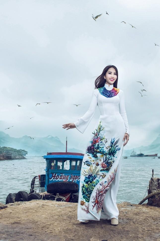 Nam Em mang áo bà ba cách điệu lạ mắt tới Hoa hậu Trái đất ảnh 7