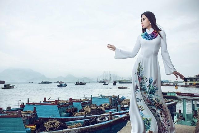 Nam Em mang áo bà ba cách điệu lạ mắt tới Hoa hậu Trái đất ảnh 6