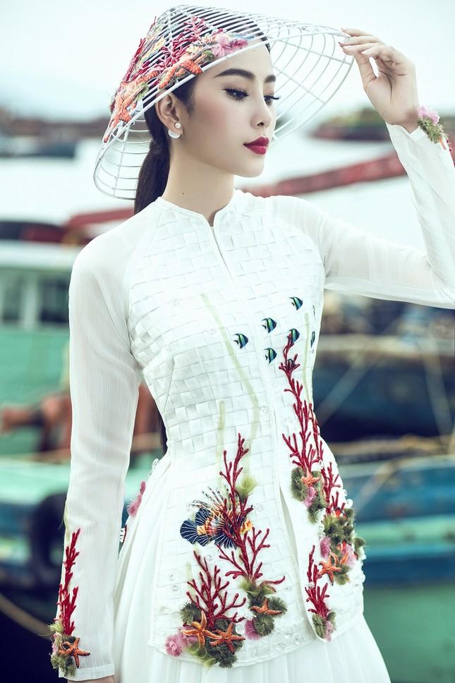 Nam Em mang áo bà ba cách điệu lạ mắt tới Hoa hậu Trái đất ảnh 1