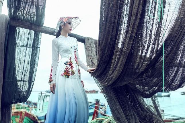 Nam Em mang áo bà ba cách điệu lạ mắt tới Hoa hậu Trái đất ảnh 2