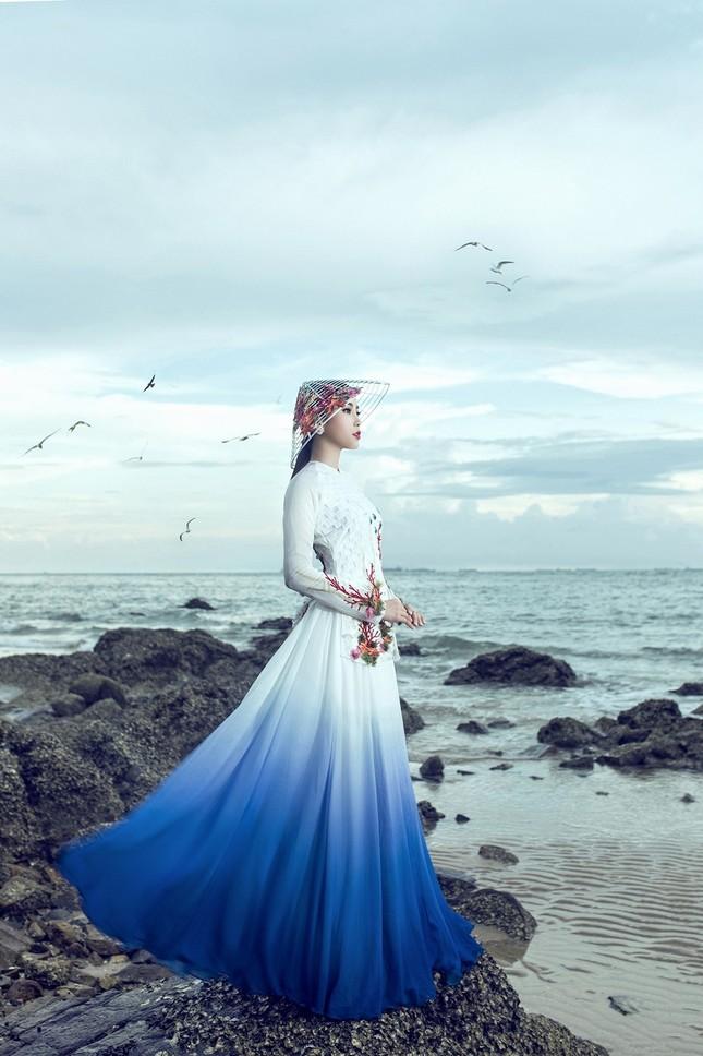 Nam Em mang áo bà ba cách điệu lạ mắt tới Hoa hậu Trái đất ảnh 3