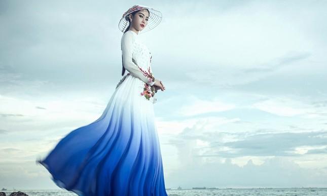 Nam Em mang áo bà ba cách điệu lạ mắt tới Hoa hậu Trái đất ảnh 5