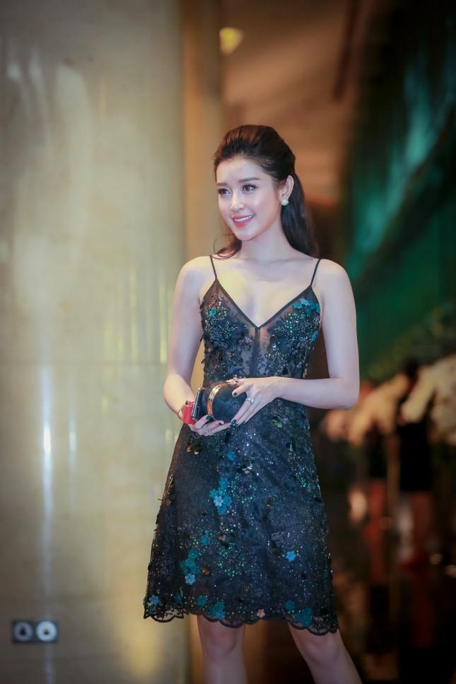 Á hậu Huyền My quyến rũ với váy hai dây lấp lánh ảnh 1