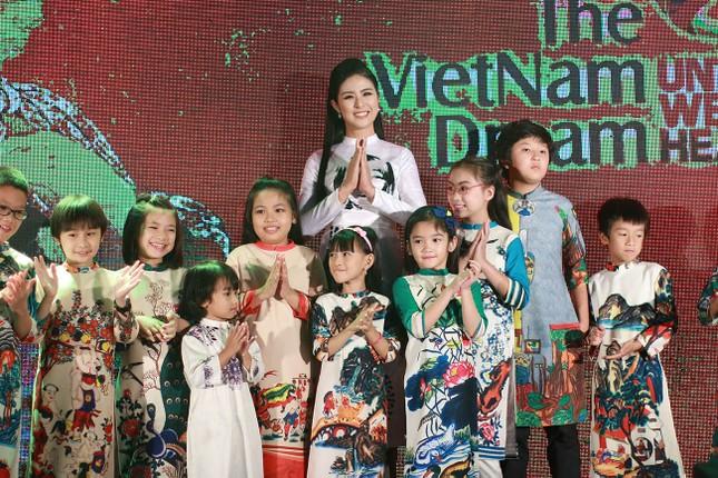 Á hậu Hoàng My về nước dự tiệc từ thiện cùng Ngọc Hân ảnh 9